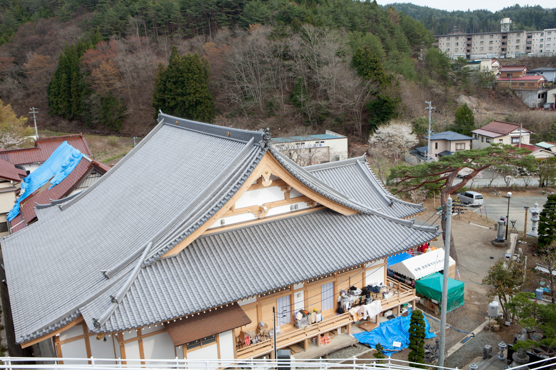 Il tempio Jounenji è situato ai piedi della montagna, a 1 km dalla baia. Lo tsunami è arrivato molto vicino. Da quel momento il tempio è stato affollato da chi che ha perso la casa ed è scappato dalla città, circa 140 persone. Il proprietario del tempio Seikai Takahashi e sua figlia Issei hanno accolto tutti i rifugiati che sono riusciti a ospitare, secondo l'insegnamento di Jodo-shu che consiste nel salvare il popolo nella difficoltà . Si tratta dell'unico rifugio privato del Kesennuma.