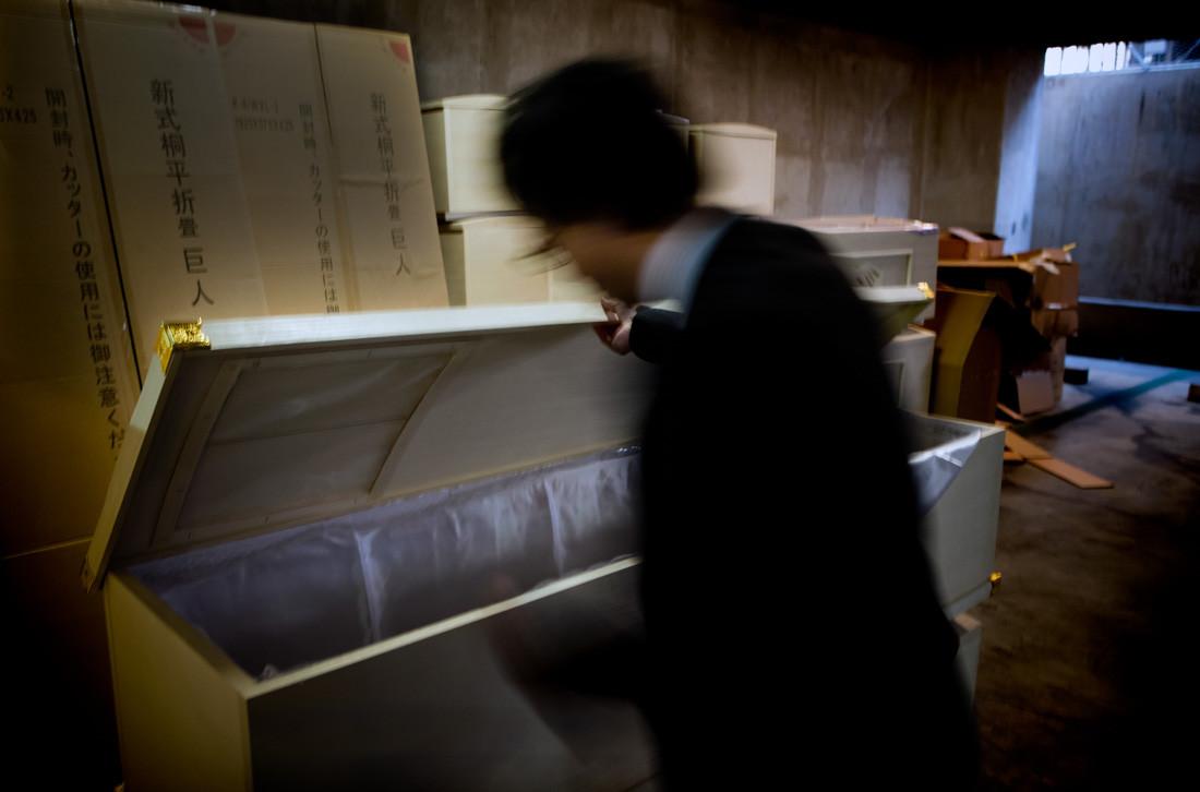 Un deposito di bare nell'impresa di pompe funebri Seremol di Sendai. Altre 1000 bare di scorta sono stati ordinati