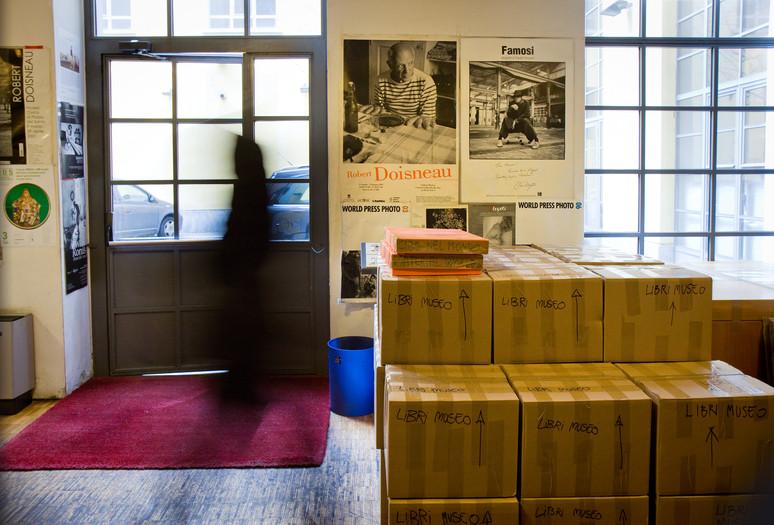 Ingresso dell' agenzia fotografica Grazia Neri, le scatole in attesa della spedizione al Museo.