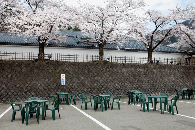 Il parcheggio è di solito pieno di autobus turistici. Vengono riempiti dai tavoli delle sedie vuoti al posto dei turisti che si sono diminuiti di circa un decimo. Aizu-wakamatsu dista 100 km dalla Centrale Fukushima