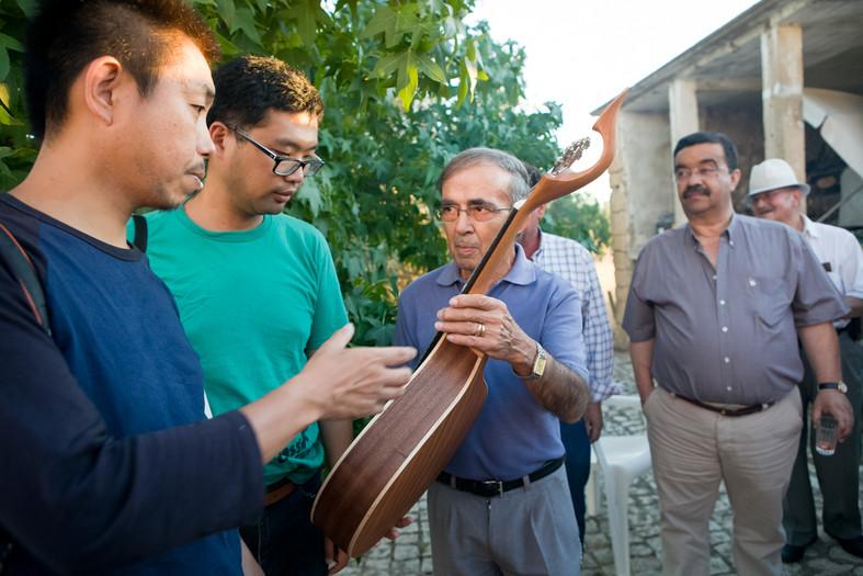 Koudai Tanji con musicista del locale