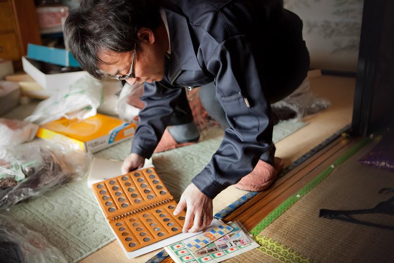 Syuji ha fatto quattro ore di strada per prendere solo una cosa: un ricordo di suo padre, ingegnere di navi morto 4 anni fa. Portava al figlio monete da tutto il mondo.