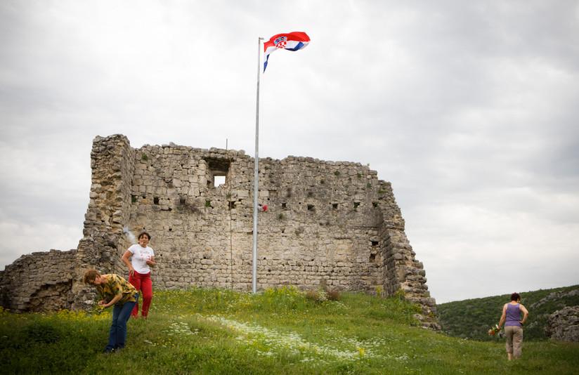 Le donne raccolgono i kantarion (erba di San Giovanni) sulla fortezza di Obrovac.