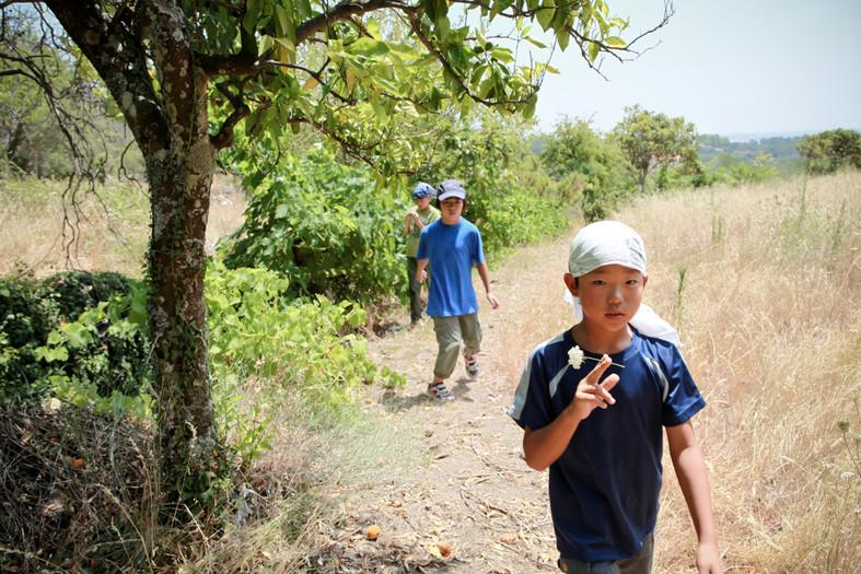 Nella campagna di Idana-a-Nova. I bambini giocano senza preoccuparsi della radiazione.