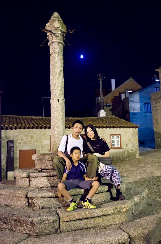 La famiglia Tanji davanti a Praça dos Antigos Pagos do Concelho (Castelo Novo). Ormai vivono separati, in zone diverse del Giappone.