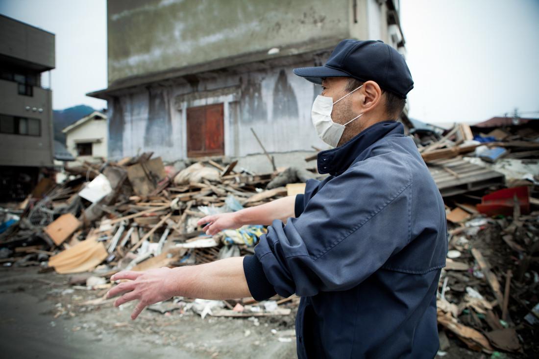 """""""L'allarme Tsunami non ha funzionato proprio quel momento."""" Tanti abitanti di Kamaishi non sono scappati. Gli altissimi frangiflutti, orgoglio del comune, sono stati distrutti. L'ira degli abitanti di Kamaishi, prefettura di Iwate."""