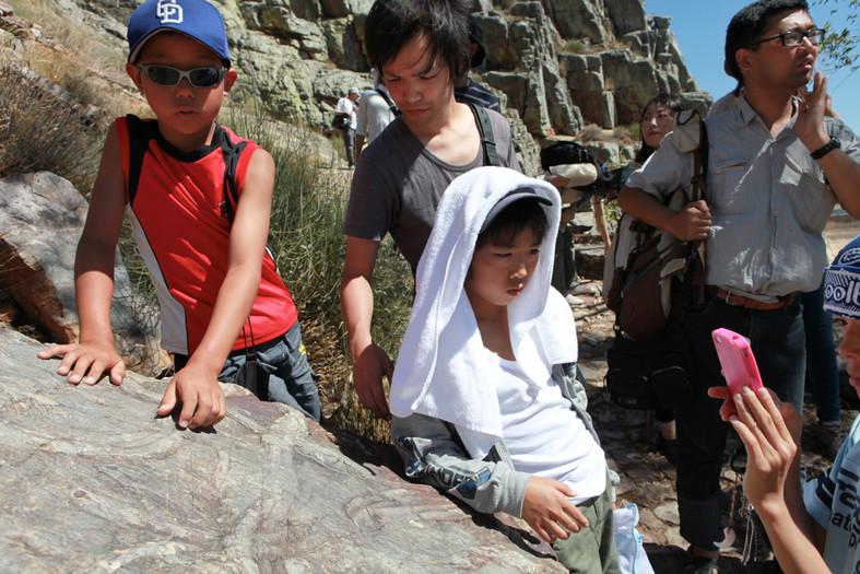 I ragazzi di Fukushima toccano i fossili del Penha Garcia