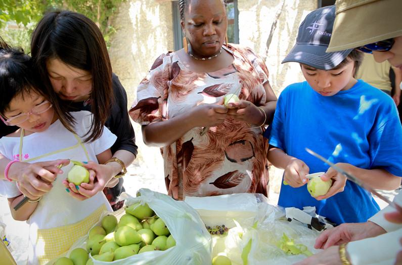 Nobuaki taglia una pera con i volontari e gli abitanti della zona per fare la marmellata.