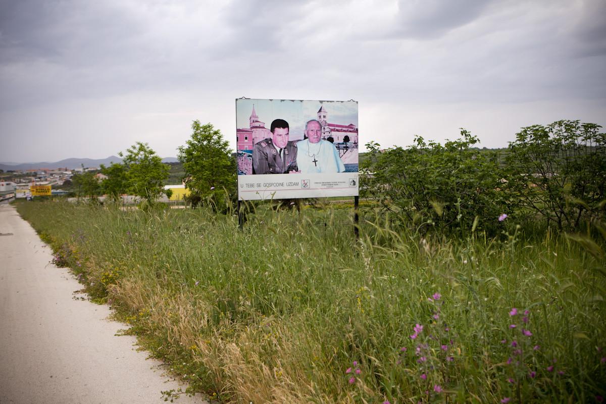 Manifesto dell'associazione degli invalidi di guerra ,all'ingresso di Zara, capitale della regione, in cui appare il generale Ante Gotovina con Papa Giovanni Paolo II