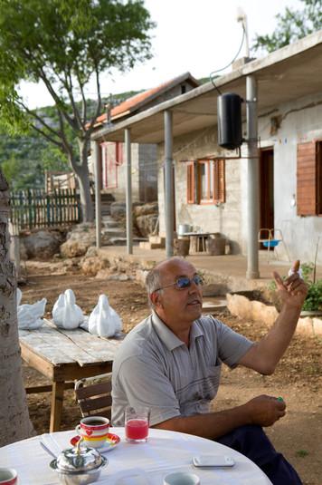 Nikola Lončar nel suo giardino. Da 4 anni vive in questo villaggio senza corrente elettrica, acqua corrente e una strada ben asfaltata.