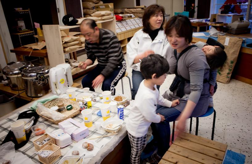 Un negozio di riso di famiglia Sasaki il primo aperture dal disastro nella città Kamaishi. Hanno dovuto spostare le macchine che si sono stati conficcati in negozio e pulire tutti fanghi che è stato portato dallo tsunami.