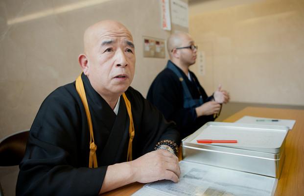 Kato, monaco volontario della associazione Buddista di Sendai, esegue una quindicina di sutra al giorno, soprattutto per le persone non identificate. Per fare le cremazione bisogna attendere almeno dodici giorni. Ogni mattina c'è una lunga fila per stabilire la data. L'unico crematorio di Sendai chiudeva alle due e cremava una ventina di corpi al giorno, adesso chiudono alle sei e ne cremano sessanta, comunque insufficiente per la richiesta.