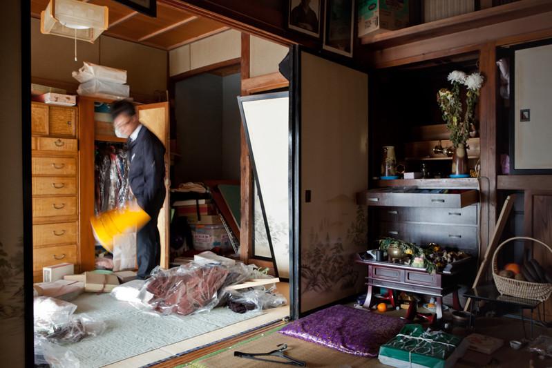 Syuji Ankai, 45anni direttore di un'impresa di pompe funebri di Sendai. Prende un giorno di ferie e parte per la penisola Oshika di Ishinomaki, dove ha vissuto fino ai 16 anni di età. La penisola è stata il primo punto di impatto dello tsunami, essendo vicinissima al centro del sisma. Nella casa viveva solo la madre di ottanta anni, fortunatamente si è salvata ma la casa è inabitabile.