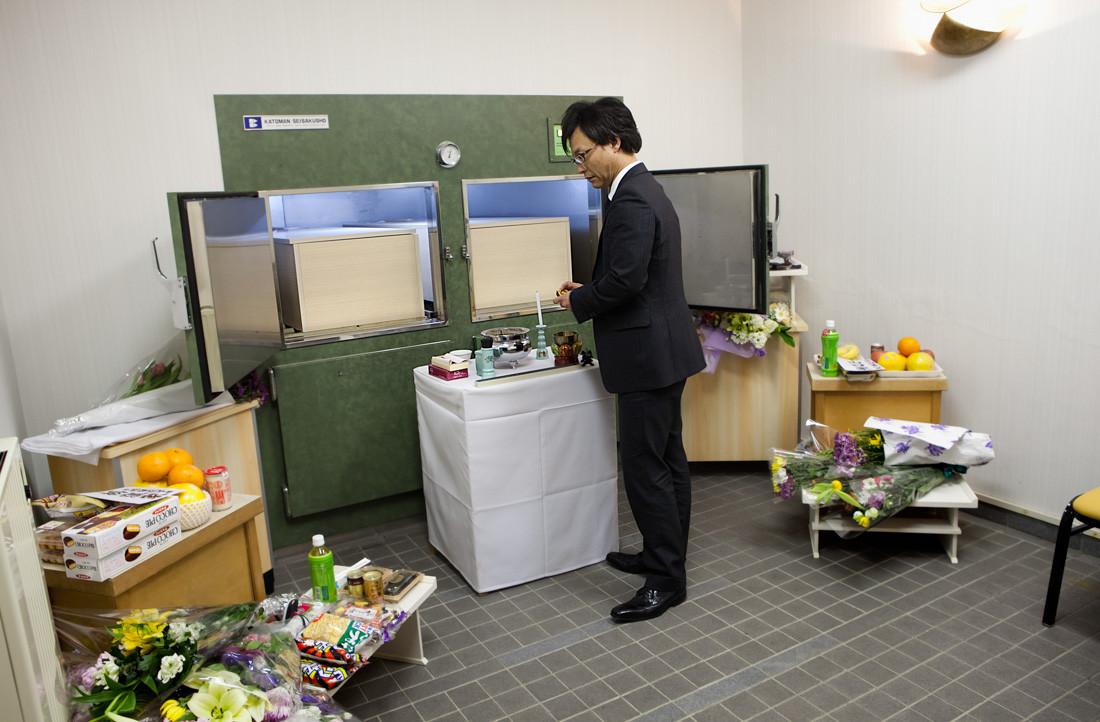 Syuji Ankai è il direttore di una impresa di pompe funebri di Sendai, dal giorno del disastro non ha più un momento di riposo. I morti sono troppi. Nei frigoriferi dell'obitorio quattro corpi aspettano il ritrovamento di altri familiari dispersi. Riunirli nel funerale e nella cremazione è un desiderio frequente delle famiglie. L' attesa però può durare massimo una decina di giorni perché i danni ai corpi sono terribili e la putrefazione molto veloce