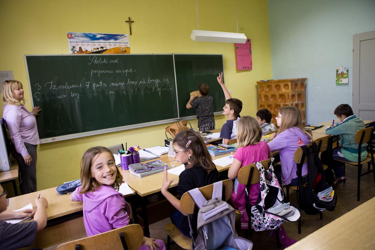 Durante una lezione della scuola di Gornji Karin. I bambini studiano anche l'italiano.