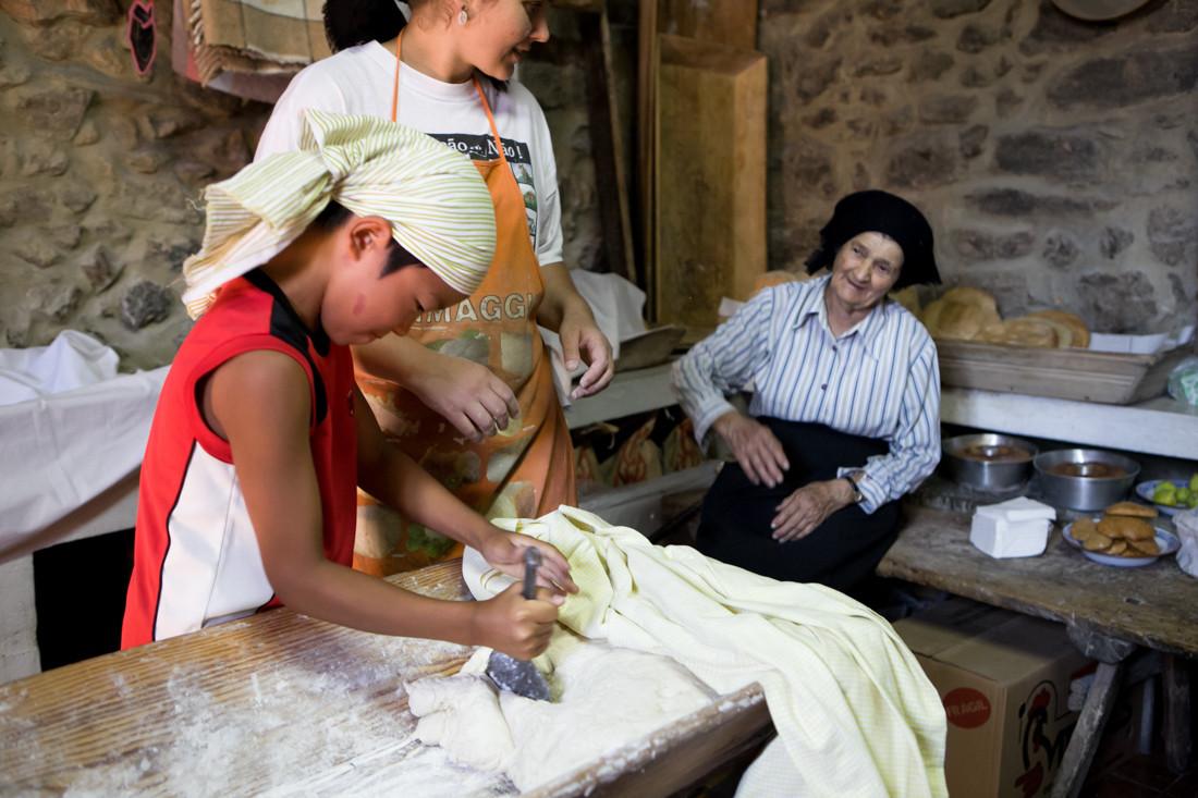 Natsuki Tanji, 11 anni, impasta il pane portoghese per cuocerlo nel forno a legna, secondo il metodo tradizionale.