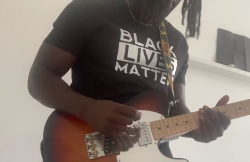 Kele Okereke toca 'Kettling' do Bloc Party em apoio ao Black Lives Matter