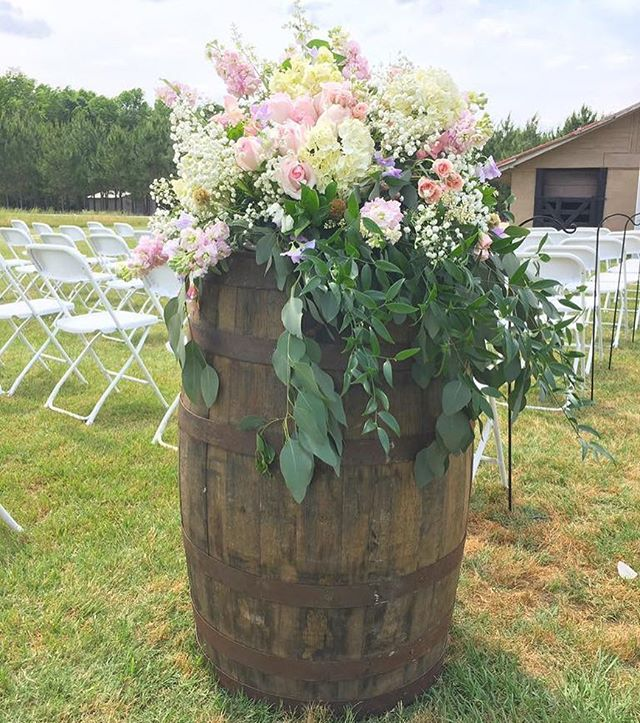 Raise your hand 🙋🏻 or tap the ❤️ button if you think every whiskey barrel should have whimsical fl