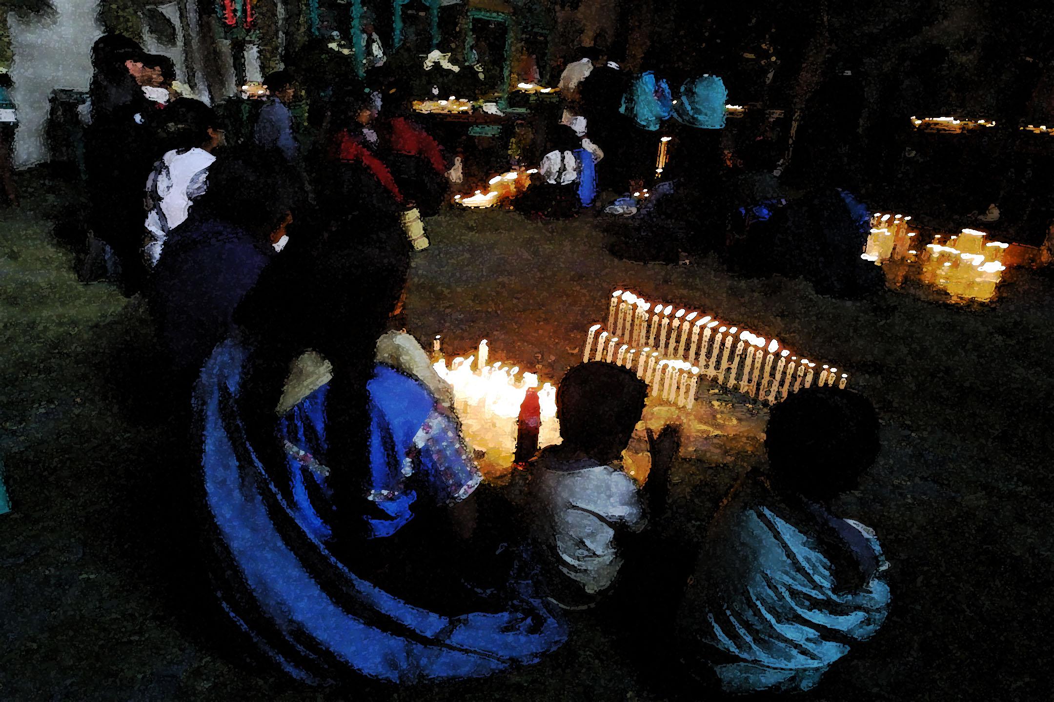 Rezos en iglesia con velas 2002