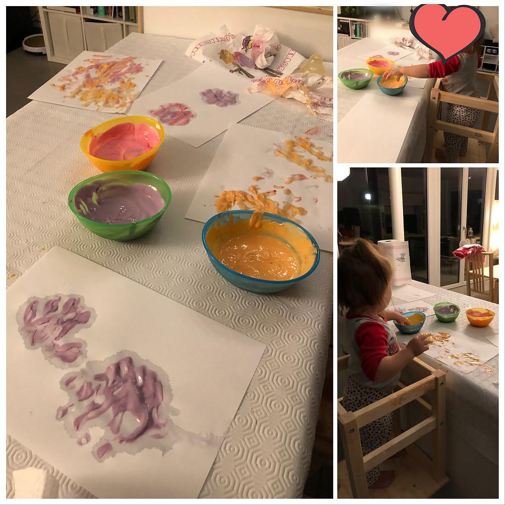 3 pots de peinture réalisés avec du yaourt et des colorants alimentaires à étaler avec les mains
