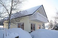 Haus Winter seitlich viel Schnee.jpg
