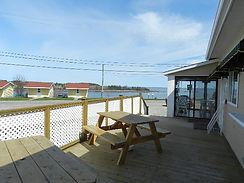 Terrasse restaurant pizza Place Petit Miami chalet hotel cabine Métis-sur-mer Gaspésie vue fleuve menu à emporter commande sur place ou téléphone