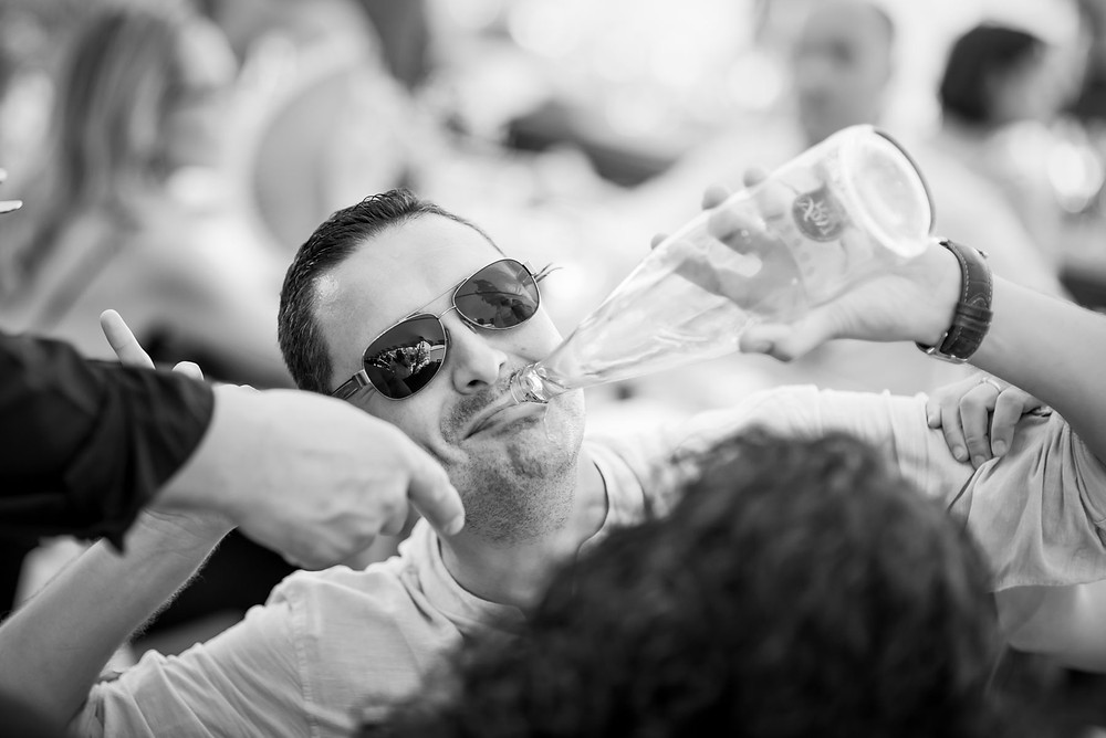 invitado divertido banquete boda Mas Montbrió Belvédère Fotografía documental Destination wedding photographer Tarragona  Barcelona