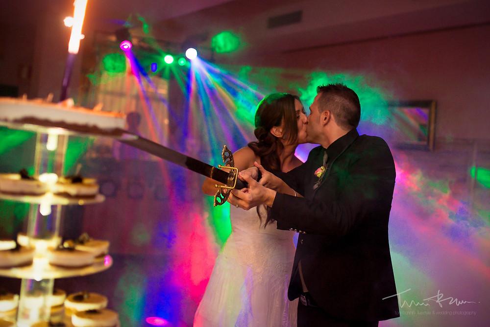 corte tarta restaurant les Marines Fotografía documental Destination wedding photographer Tarragona  Barcelona