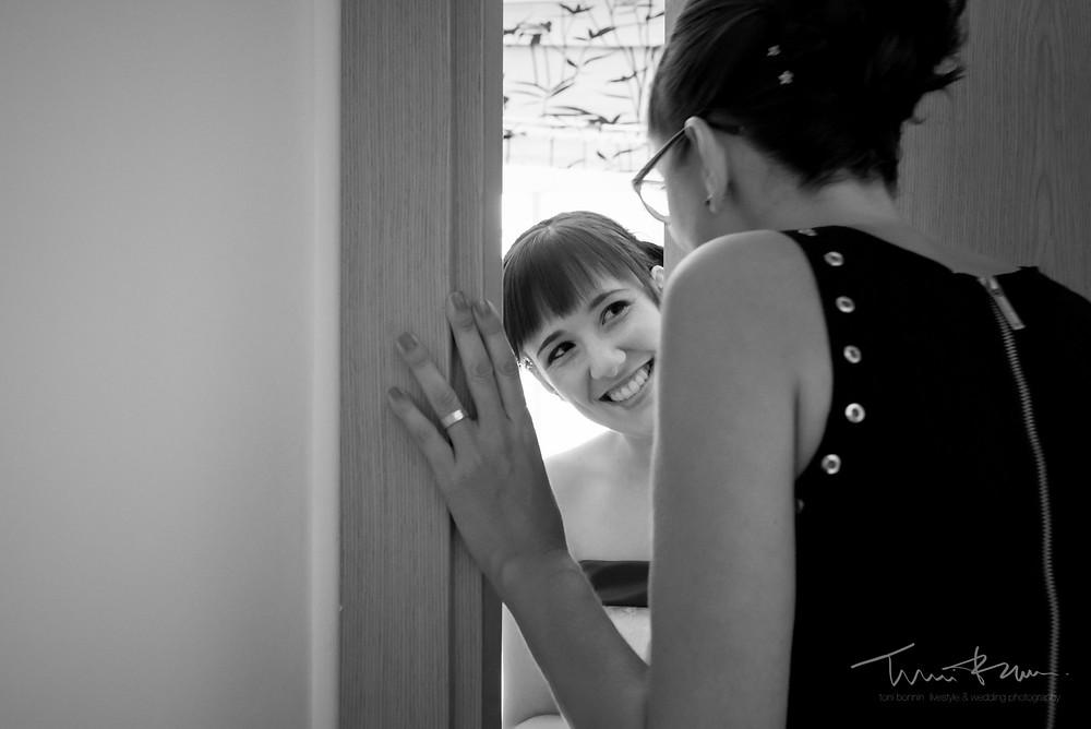 mirada novia a hermana casa Fotografía documenta Destination wedding photographer Tarragona  Barcelona