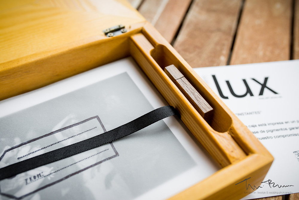 caja entrega madera personalizada Fotografía documental Destination wedding photographer Tarragona  Barcelona