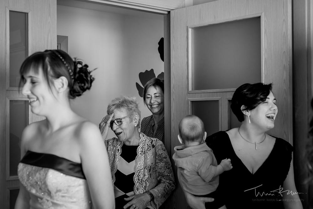gestos gente casa novia Fotografía documenta Destination wedding photographer Tarragona  Barcelona