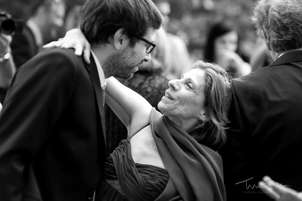 abrazo madre novio final ceremonia Mas Folch boda Fotografía documental Destination wedding photographer Tarragona  Barcelona