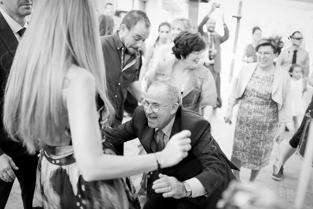 padre novios divertido aperitivo restaurant les Marines Fotografía documental Destination wedding photographer Tarragona  Barcelona