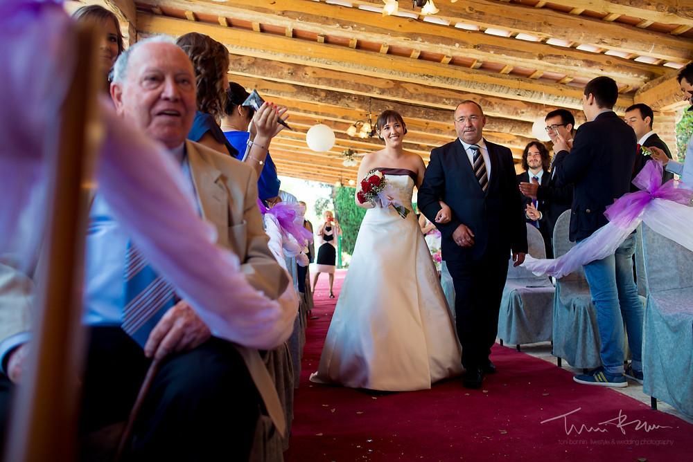 entrada novia con su padre ceremonia Fotografía documenta Destination wedding photographer Tarragona  Barcelona