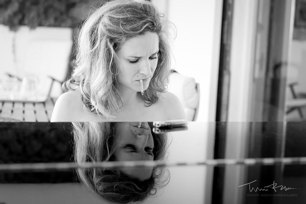novia toca el piano fumando cigarrillo Mas Folch boda Fotografía documental Destination wedding photographer Tarragona  Barcelona