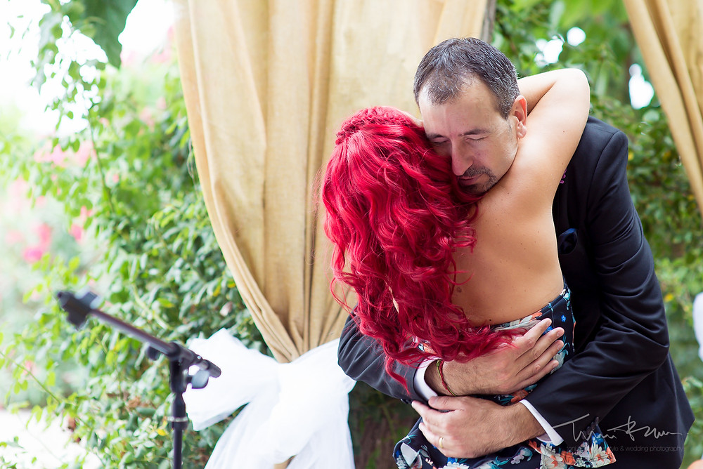 abrazos ceremonia Fotografía documental Destination wedding photographer Tarragona  Barcelona