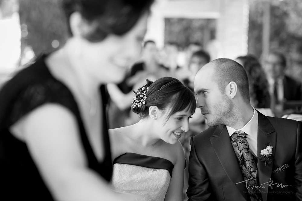 cuchicheo novios Fotografía documenta Destination wedding photographer Tarragona  Barcelona