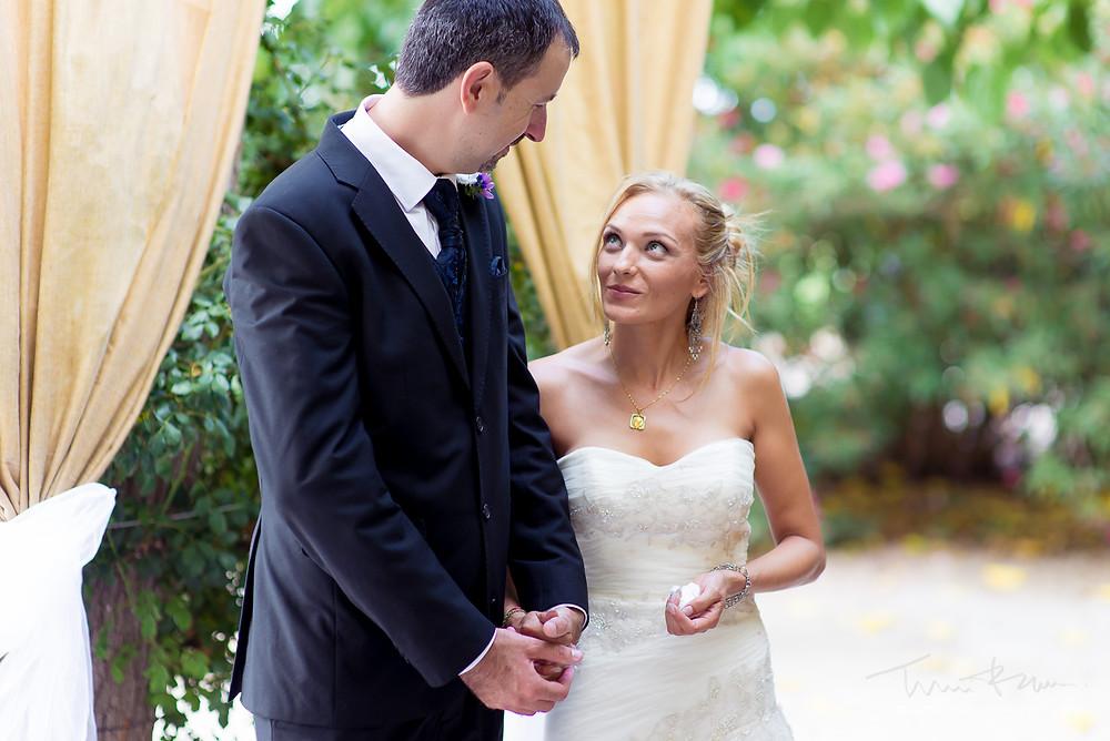 mirada novios ceremonia Fotografía documental Destination wedding photographer Tarragona  Barcelona