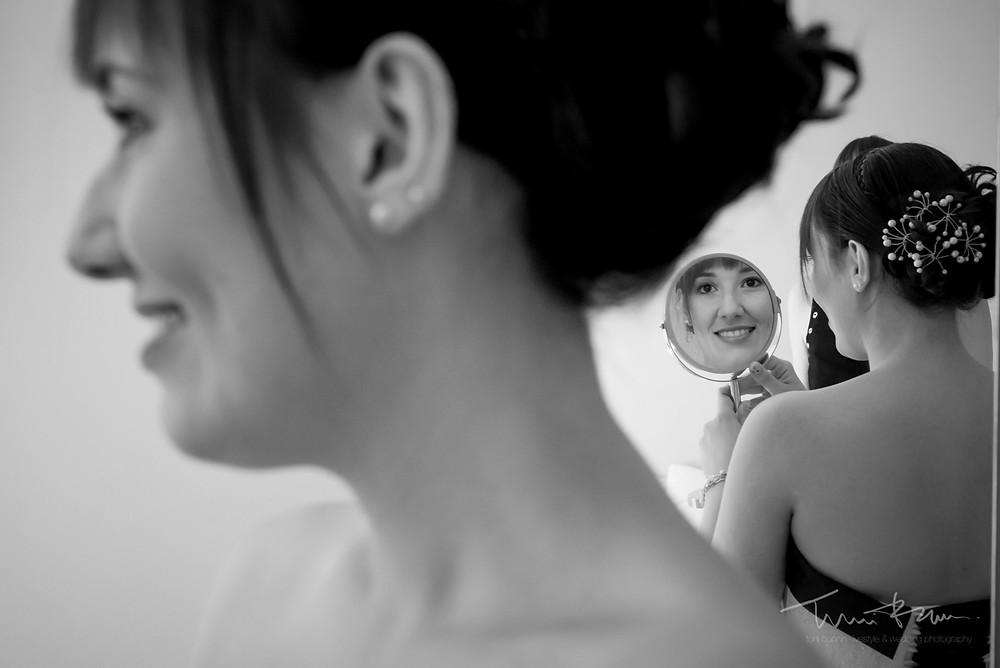 juego de espejos novia Fotografía documenta Destination wedding photographer Tarragona  Barcelona