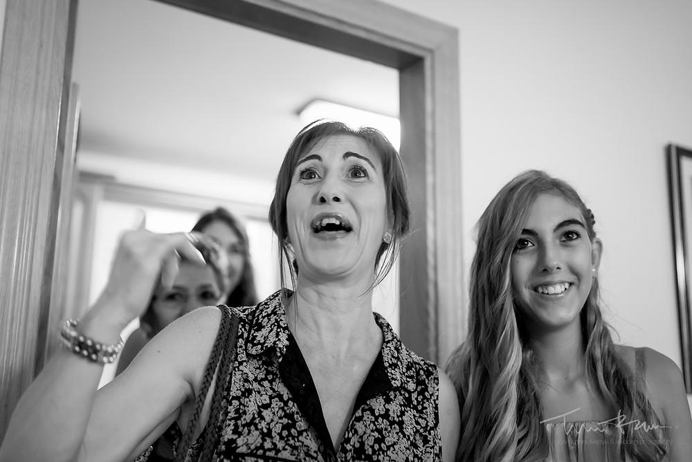 familiares novia casa Fotografía documental Destination wedding photographer Tarragona  Barcelona