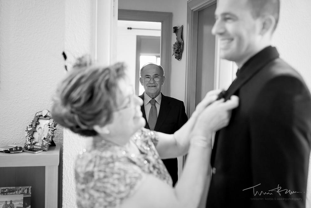 padre orgulloso mira novio Fotografía documental Destination wedding photographer Tarragona  Barcelona