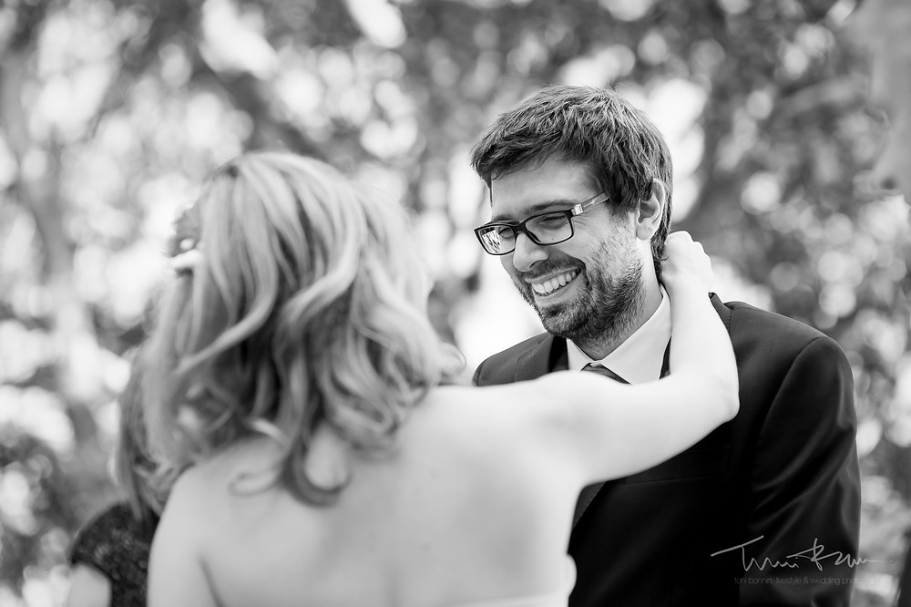 risas novios ceremonia Mas Folch boda Fotografía documental Destination wedding photographer Tarragona  Barcelona
