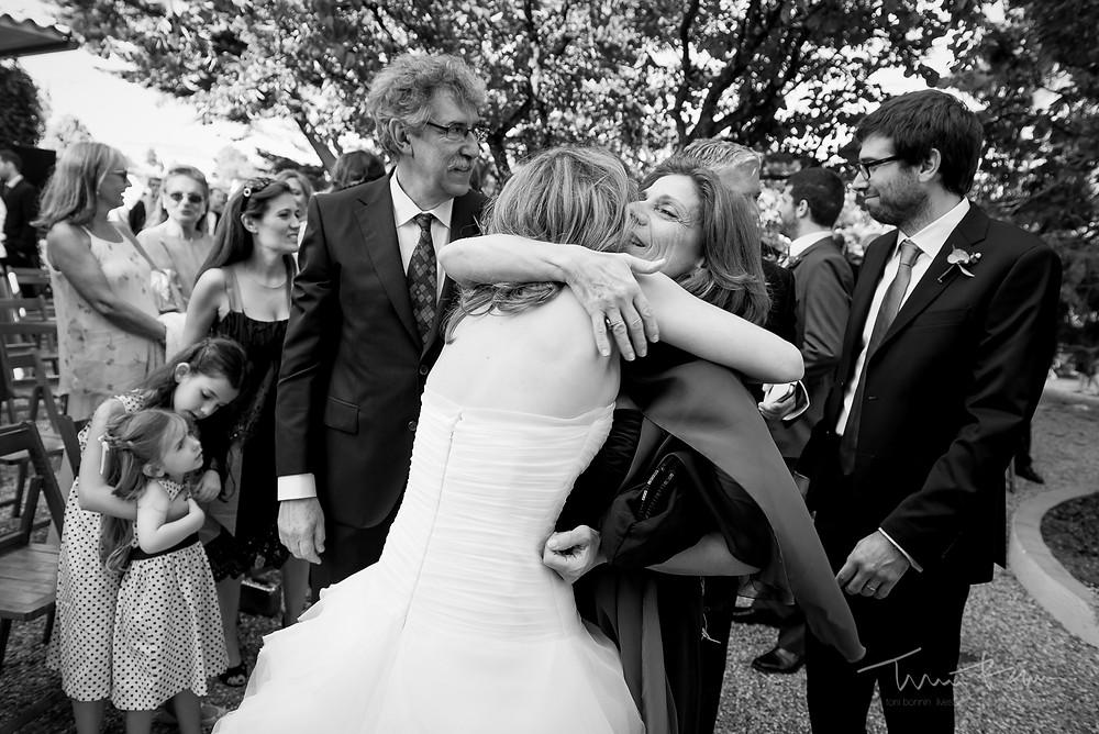 abrazo invitados novia Mas Folch boda Fotografía documental Destination wedding photographer Tarragona  Barcelona