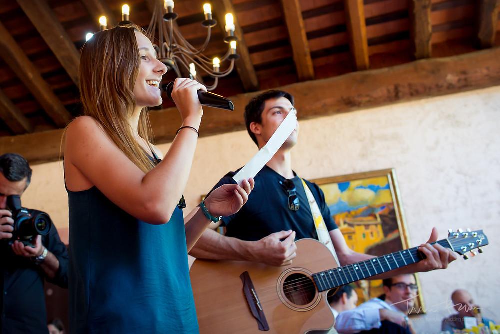 canción para novios banquete Fotografía documenta Destination wedding photographer Tarragona  Barcelona