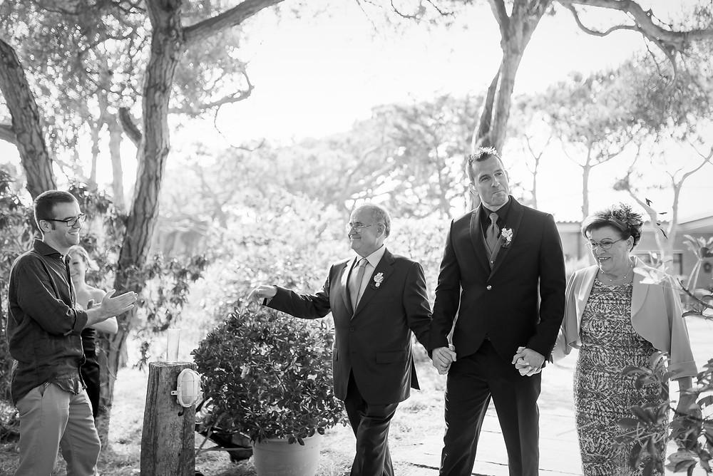 entrada novio ceremonia con sus dos padres restaurant les Marines Fotografía documental Destination wedding photographer Tarragona  Barcelona