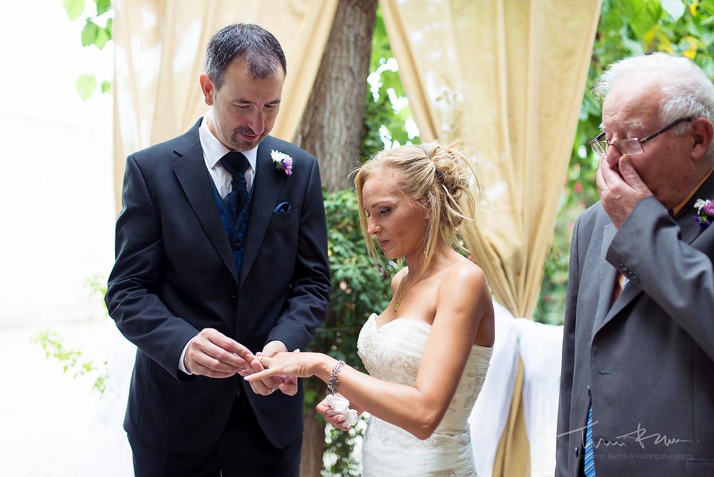 anillos ceremonia Fotografía documental Destination wedding photographer Tarragona  Barcelona