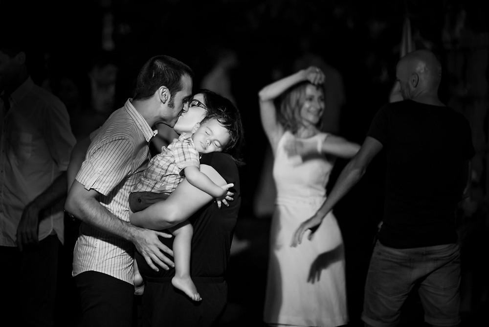 beso embarazo baile boda Mas Montbrió Belvédère Fotografía documental Destination wedding photographer Tarragona  Barcelona
