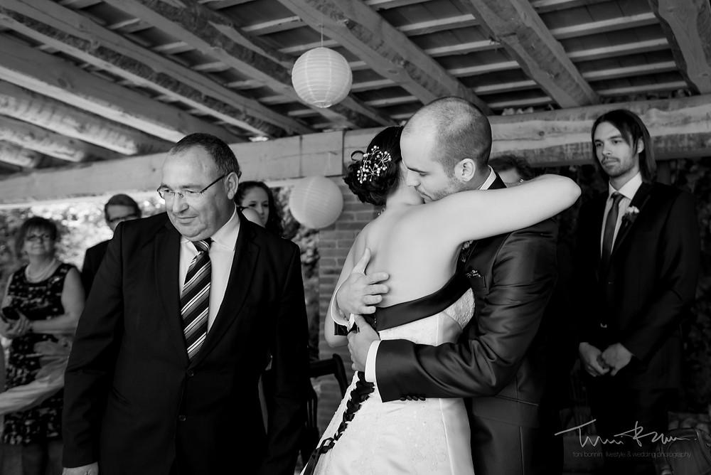 abrazo novios ceremonia