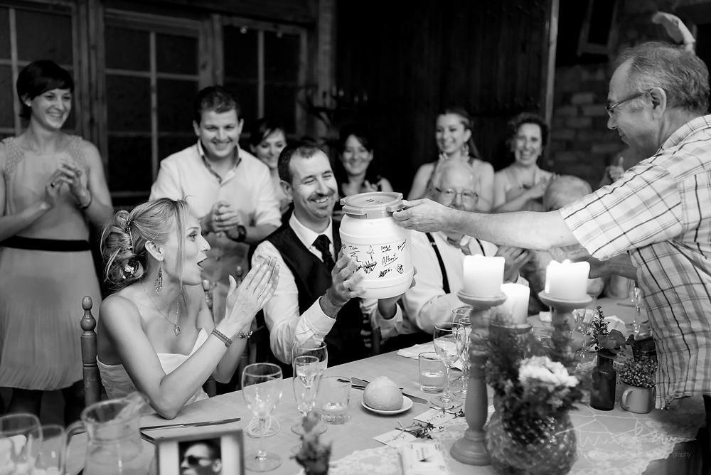 regalo novios Fotografía documental Destination wedding photographer Tarragona  Barcelona