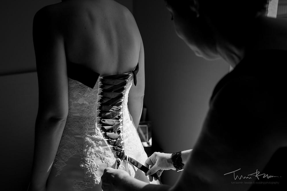 madre ayuda a novia con el vestido Fotografía documenta Destination wedding photographer Tarragona  Barcelona